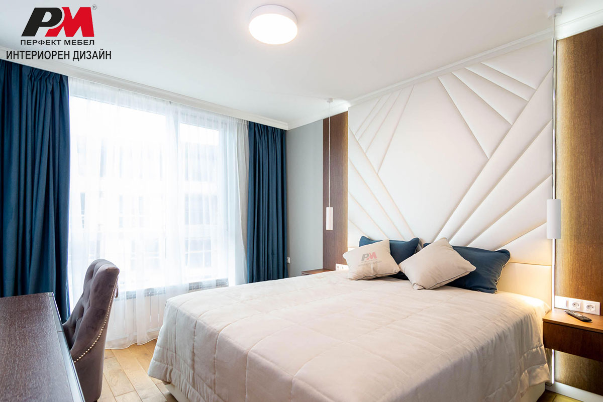 Стилна спалня с красива дизайнерска тапицирана табла на леглото.