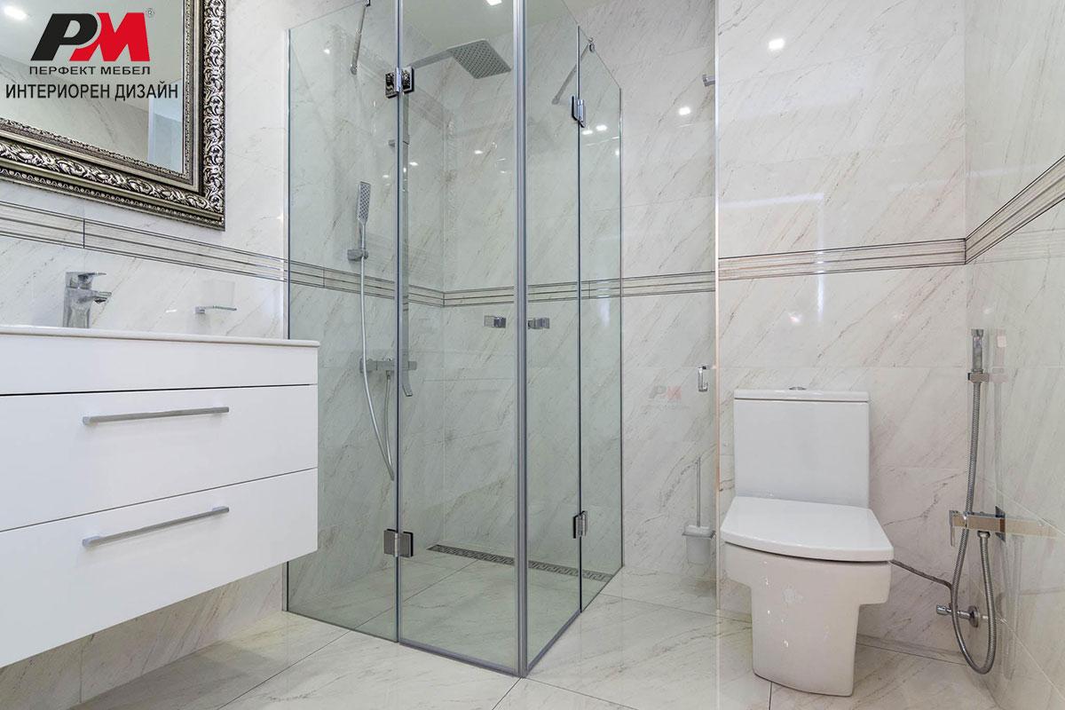Модерен интериорен дизайн на градска баня с изчистен дизайн.