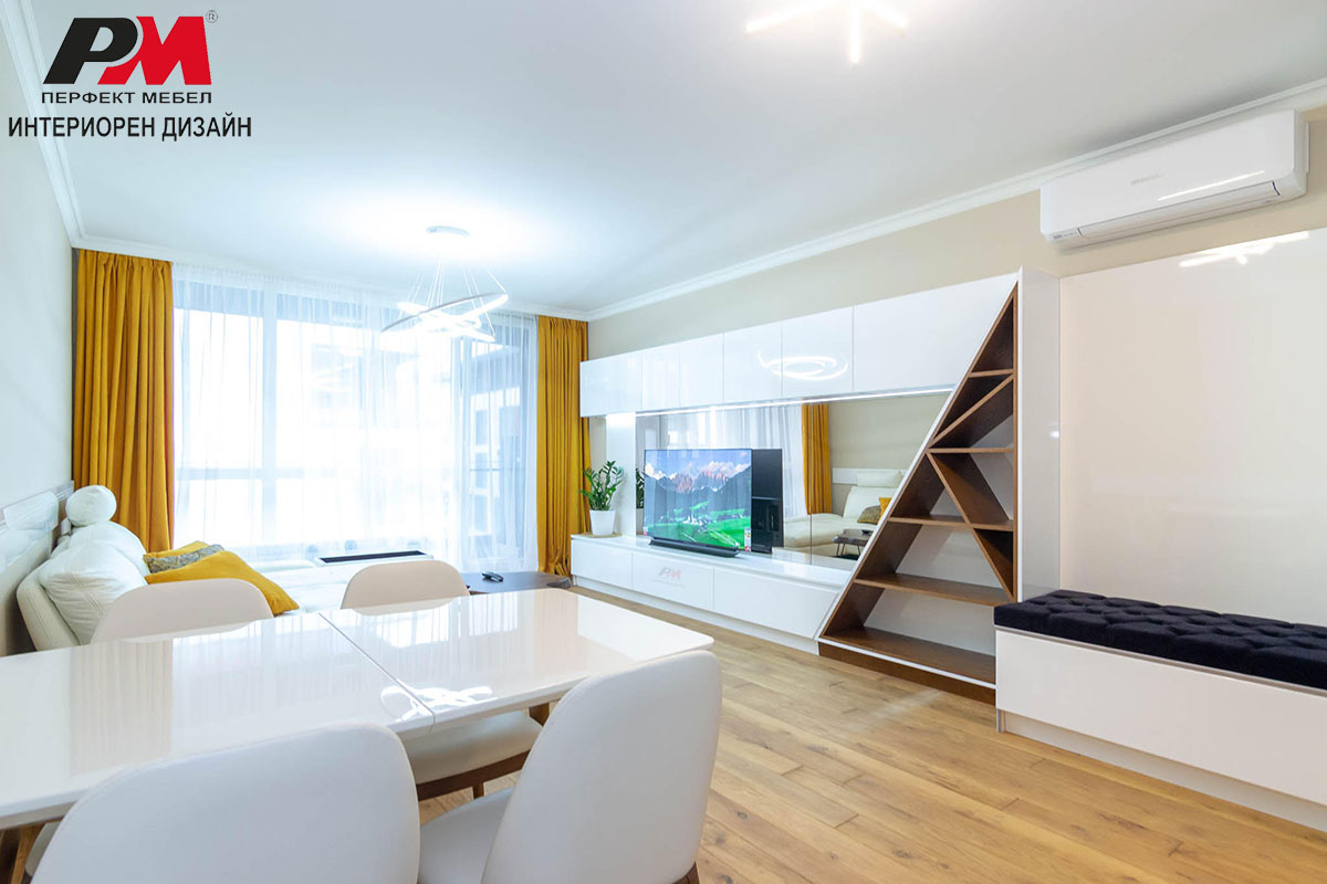 Артистичен интериорен дизайн на дневна с кухненски бокс и трапезария в бял цвят и дървесен декор.