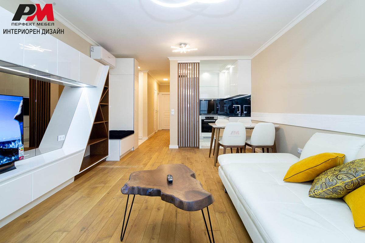 Екстравагантен интериорен дизайн на дневна в модерно градско жилище