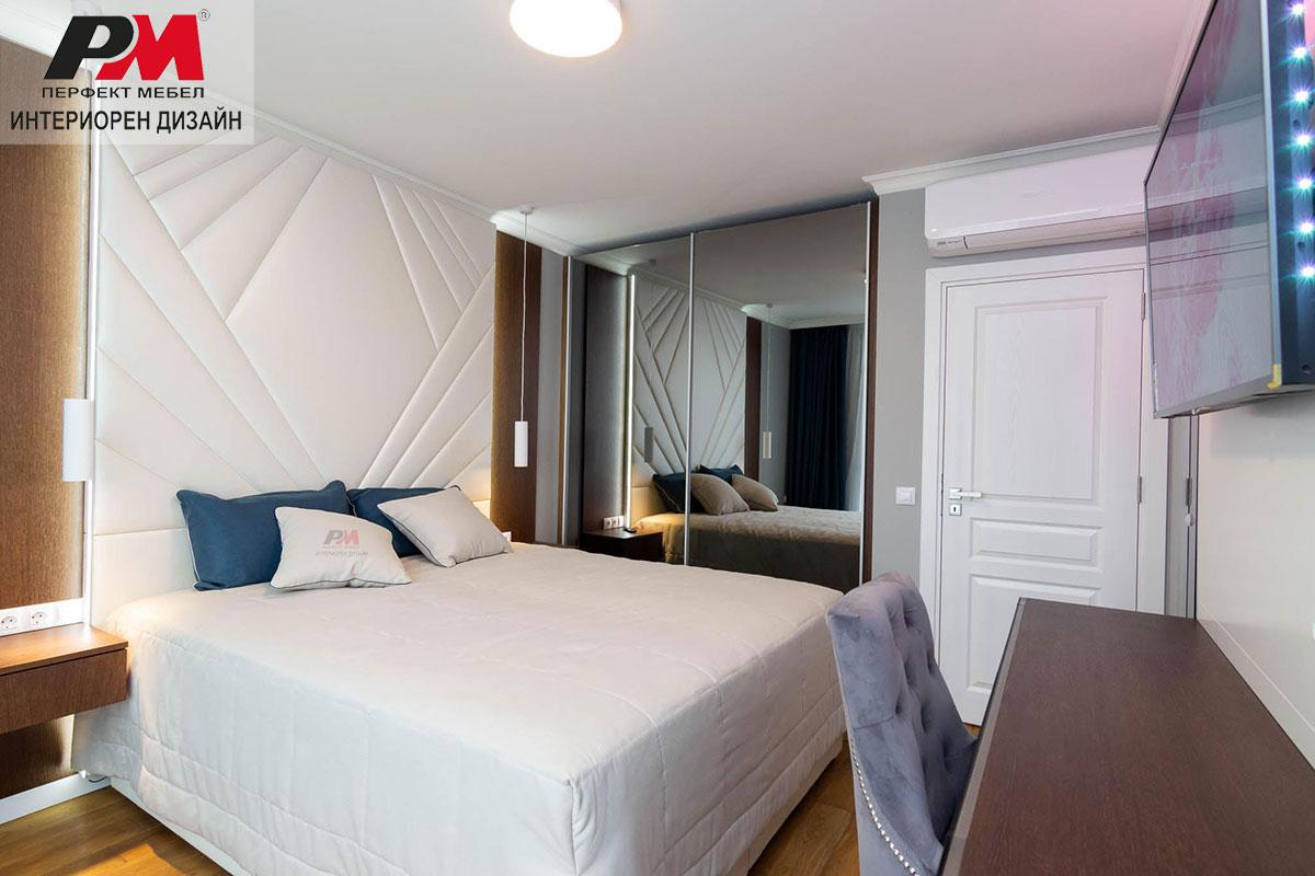 Романтичен интериор на спалня в бяло кадифе, естествен фурнир и огледала