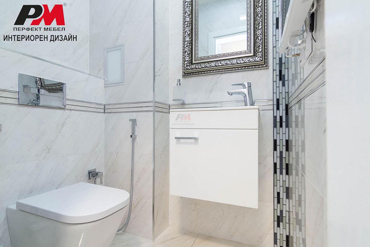 Екстравагантен интериор на луксозна баня с леки графични акценти