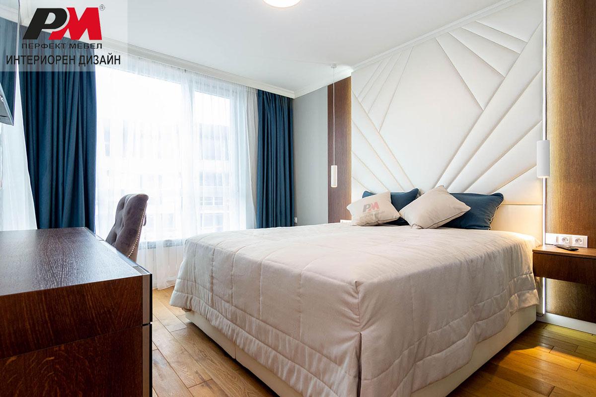 Оригинално обзавеждане на просторна градска спалня в бяло и тюркоазени акценти